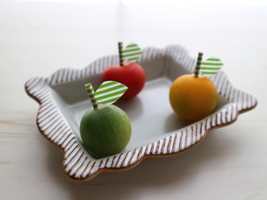 赤プチトマト、緑プチトマト、黄色プチトマトにそれぞれピックを刺したところ