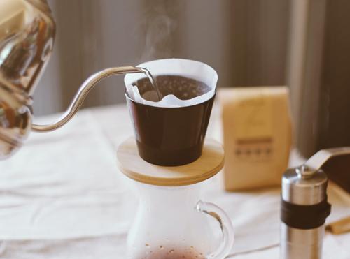 コーヒーを蒸らしている写真