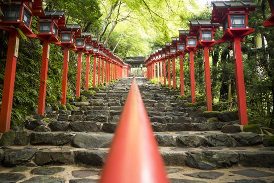 貴船神社の赤い灯籠の写真