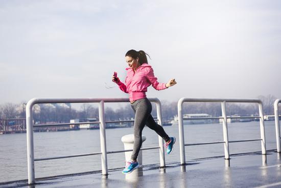 運動をしている女性の写真