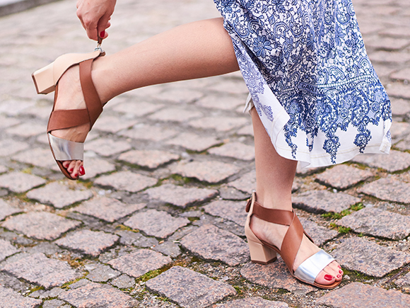 足元のコーディネートには欠かせないアイテムのサンダルですが、素足で履くことが多いためスニーカーやパンプスよりも靴ずれしやすく、外出中に靴ずれができてしまうと