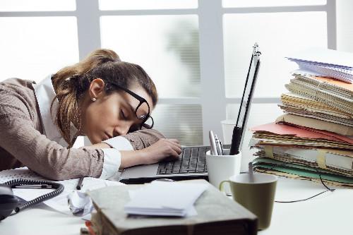 疲労困憊した女性の写真