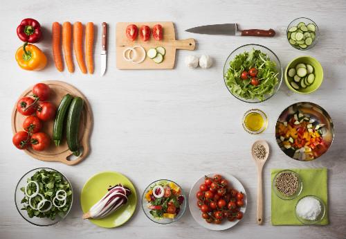 サラダに入れる様々な野菜の写真