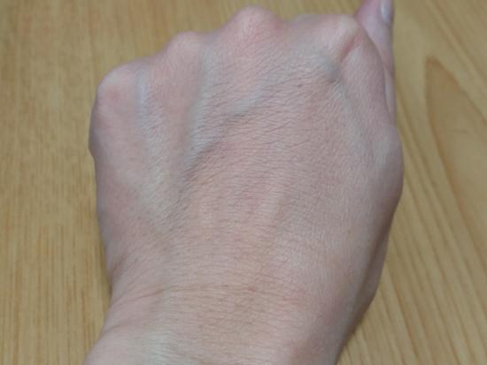 牛乳パック前の手の甲の写真
