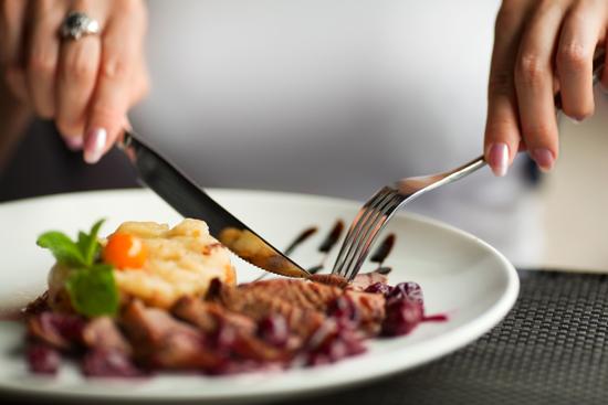 たんぱく質豊富な肉を摂取している女性