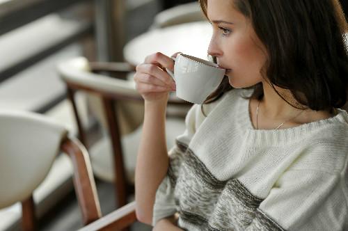 お茶飲む女性