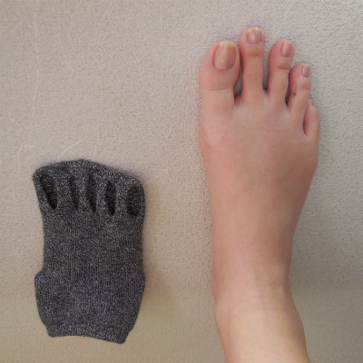 指なしソックスと足を並べて撮影した写真