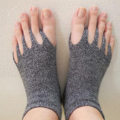 指ぬきタイプの靴下を履いている写真