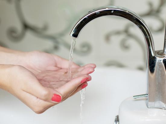 女性が洗顔を始める前の手元の写真