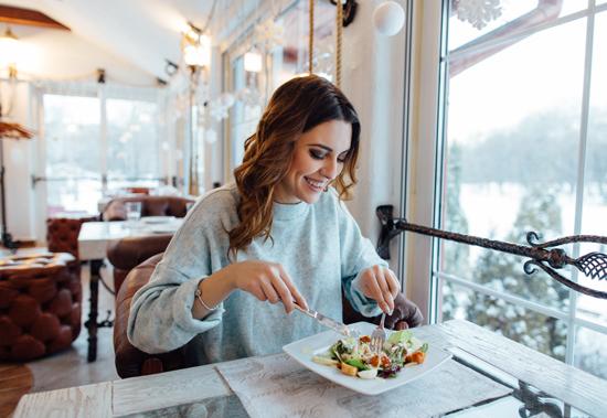 女性が様々な食材を食べている写真