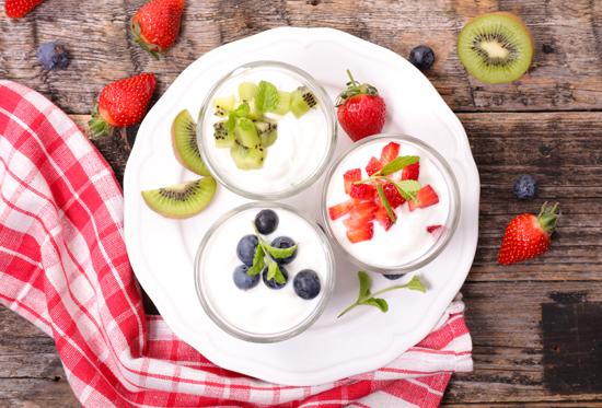 フルーツを混ぜたヨーグルトの写真
