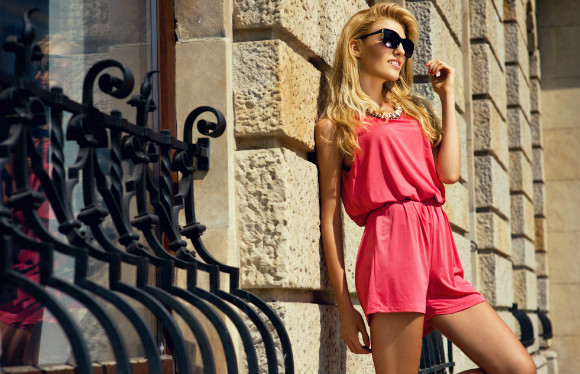 ミニスカートファッションが決まる夏のゴルフスタイルにお勧めなのは日焼けして健康をアピールしたブロンズ肌の写真です。