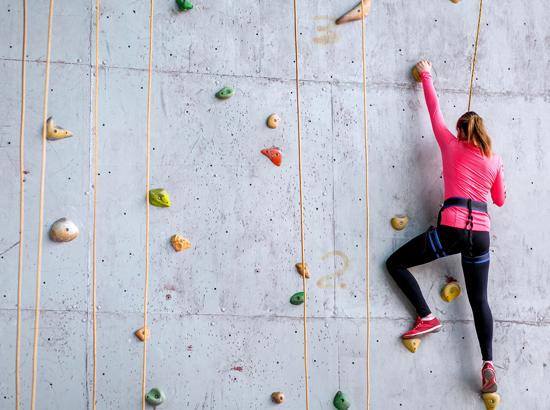女性がボルダリングをしている写真