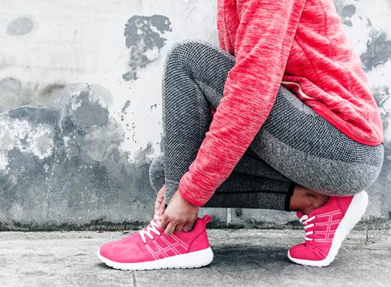 女性が運動している写真