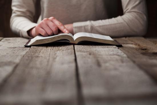 女性が本を読んでいる写真