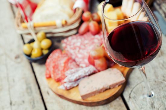 赤ワインと料理の写真