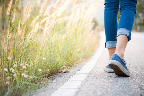散歩中の女性の写真
