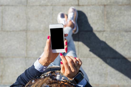 女性がスマホを見ている写真