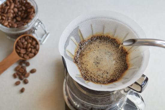 コーヒーをハンドドリップしている写真