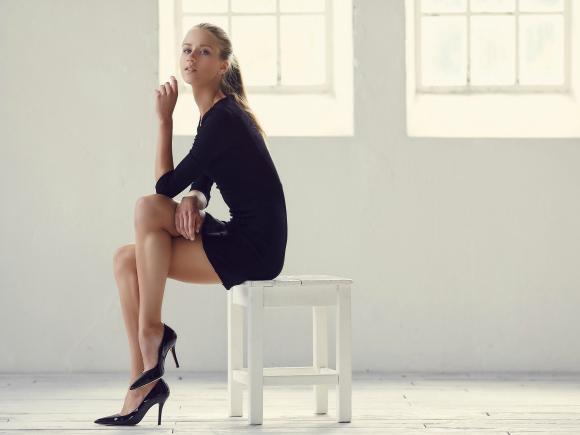 椅子に座っている女性