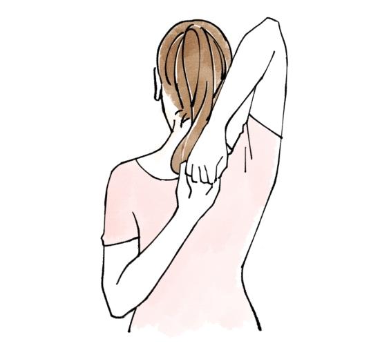右手を上から左手を下から背中に回して手をつないでいる女性