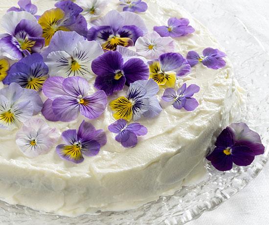 ケーキの上にエディブルフラワーがのっている