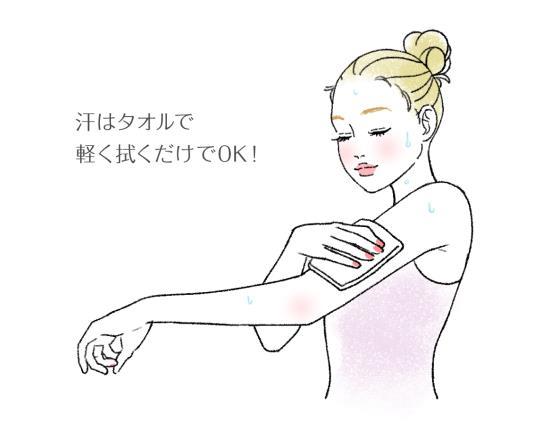 タオルで体を拭く女性