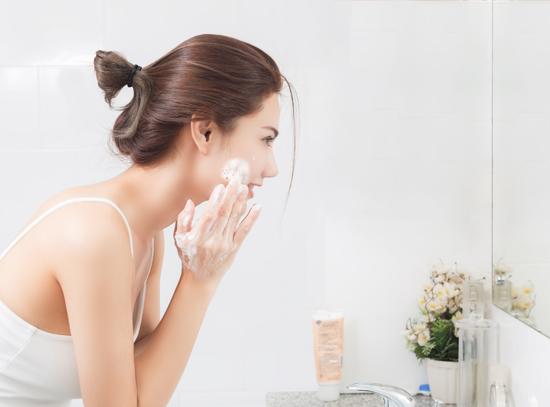 女性が洗顔している写真