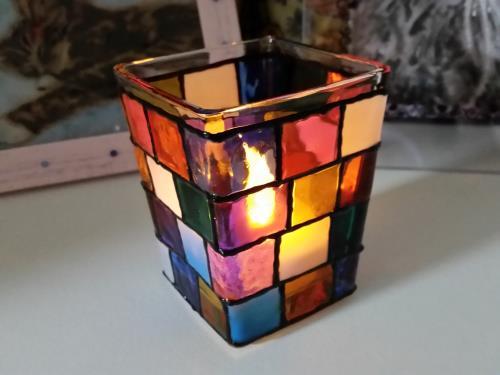 ガラス絵の具で作成したステンドグラス風キャンドルホルダーの写真