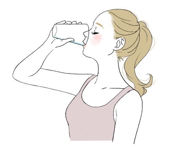 常温の水を飲む女性