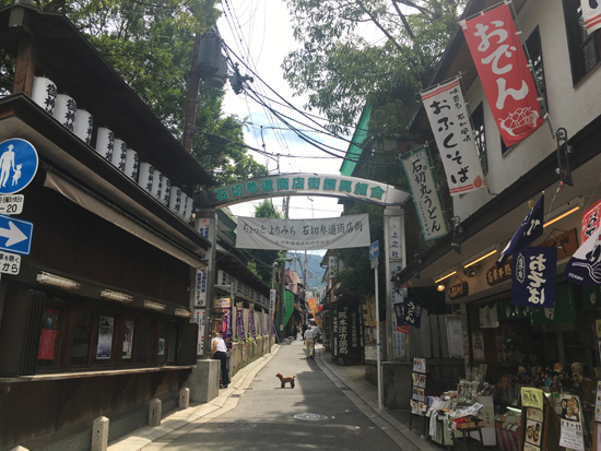 石切劔箭神社の参道の商店街
