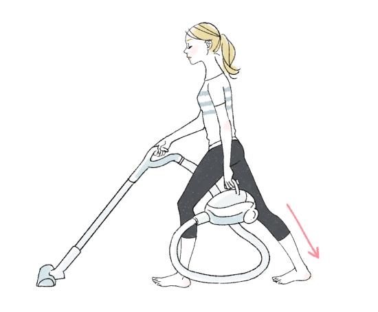アキレス腱を伸ばして掃除機をかける