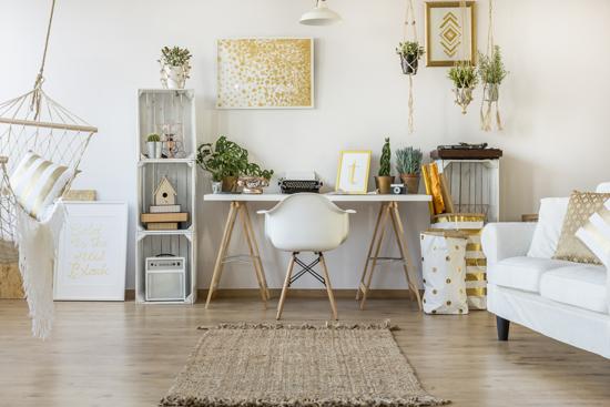 机や壁に雑貨が飾ってある写真