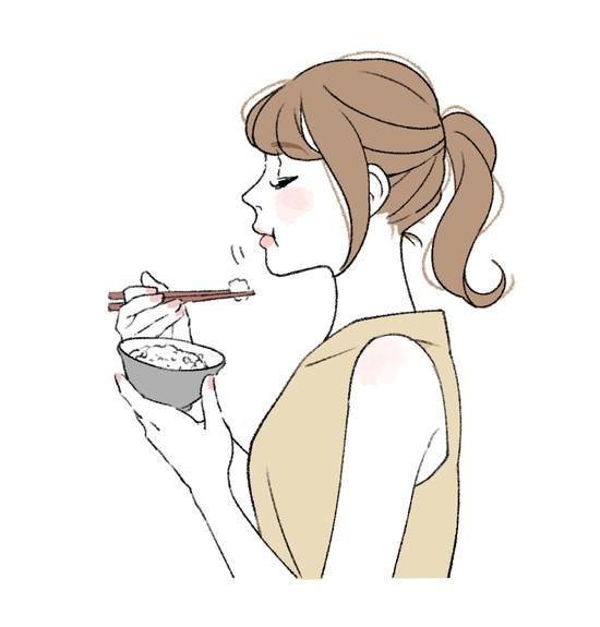 よく噛んで食事する女性